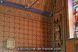 Portail occidental du 15e siècle. Chevet et clocher du 16e siècle. Transept nord accolé en 1652 (date portée), et transept sud en 1674 (date portée) avec inscription : G. PAIRIER B GIQUEL TRS 1674.