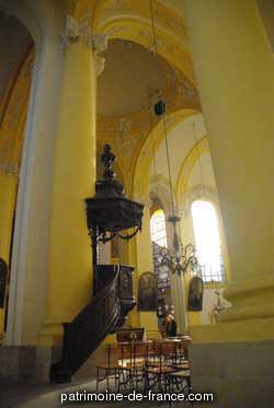 Abbaye Saint-Rémy reconstruite à partir de 1730 (daté par source) pour les chanoines réguliers de Saint-Augustin, d'après des plans de Jean Nicolas Jadot ou Jean Nicolas Jennesson (attributions proposées par divers auteurs), l'église abbatiale servant également d'église paroissiale Saint-Jacques à partir de 1745