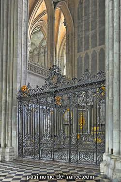 L'édifice est bâti au début du XIIIe siècle pour contenir la relique du chef de Saint-Jean-Baptiste. Les architectes Robert de Luzarches, Thomas et Regnault de Cormont, se succèdent au cours des travaux qui s'étendent de 1220 à 1270, bâtissant la plus grande cathédrale du Moyen-Age.