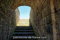 Commencé en 1689, le fort national de Saint-Malo, plusieurs fois modifie jusqu'au milieu 18e siècle rendit d'éminents services à la défense de la ville. Il porta à différentes époques les noms de fort Royal, fort Républicain, fort Impérial et depuis 1870n celui de fort National.