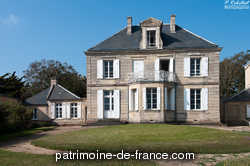 Maison construite en 1864 pour Rigault par son voisin à Paris et à Lion (à l'est) qui lui avait vendu le terrain ; des écuries et chambres sont construites en 1873 ; façade sur mer tout en pierre de taille.