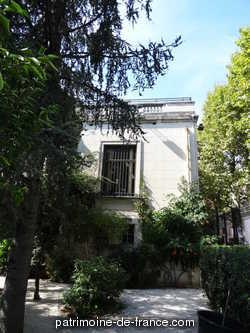 A la demande de la chambre de commerce du Var il est décidé, en 1912, de créer une succursale de la Banque de France à Hyères. La villa Victoria, édifiée en 1869, fut acquise en 1914 dans ce but et le permis de construire délivré en 1921. La construction débuta en 1923 pour s'achever en 1925 sur les plans de Léon David à qui l'on doit de nombreux bâtiments hyèrois.