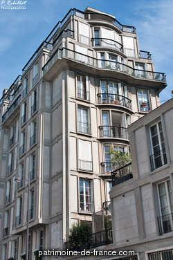 Immeuble entièrement construit en béton armé par les frères Perret entre 1928 et 1930 à la place de l'hôtel particulier dans lequel vivait Auguste Perret. La façade est décorée par un groupe sculpté par André Abbal. Au dernier étage se trouve l'appartement d'Auguste Perret. Dans l'entrée de l'immeuble, un escalier hélicoïdal permet d'accéder au premier sous-sol.