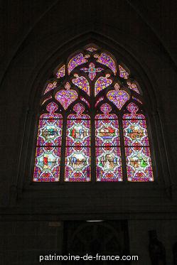 C'est en 1239 que l'évêque Rainaud prit la décision de remplacer sa vieille cathédrale romane par un édifice au goût du jour, de style gothique. Le choeur, commencé dès 1240, est consacré en 1287, mais n'est achevé qu'en 1410. La démolition de la nef romane permet alors de reprendre les travaux, en commençant par la façade occidentale en 1424.