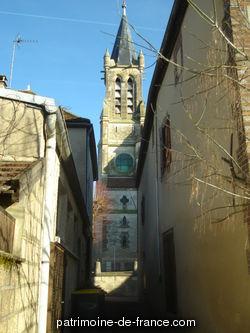 L'édifice, dont le choeur est à l'ouest, est situé au centre du bourg, sur un terre-plein limité à gauche et à l'arrière par un mur de soutènement. Il comprend une nef à trois vaisseaux de trois travées, un transept non saillant d'une travée de plan, un choeur à une travée droite flanquée de deux chapelles et une abside polygonale.