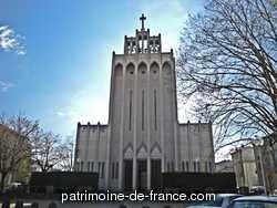 L'église fut édifiée à partir de 1876 par Paul Abadie mais resta inachevée au nord. Le clocher-porche est terminé par Henri Vidal en 1947 d'après son projet de 1938-1939. A une église néo-gothique est ainsi accolé un clocher en béton armé dont la verticalité appartient au style « moderne ». Les vitraux de la fin du 19e siècle sont dus à Dagrant et Leuzy.