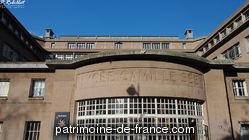 Edifié en partie sur l'emplacement de l'ancienne usine à gaz de Vaugirard, le lycée Camille Sée, pouvant accueillir 1 500 élèves, est dû à l'architecte François Le Coeur. Les premiers plans datent de 1931. L'ensemble, inauguré en octobre 1934, s'organise autour d'une cour. L'ossature des bâtiments est en béton armé.
