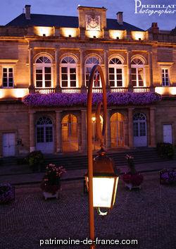 Edifice néo-classique construit par l'architecte François Agnéty, unissant les fonctions de mairie et bibliothèque, se traduisant en plan par deux bâtiments reliés par un portique et une cour intérieure. L'usager peut ainsi traverser le bâtiment et accéder au programme de son choix.