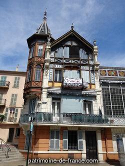 En 1882, l'industriel Alexis Godillot fait réaliser par Pierre Chapoulart sa propre maison. Il s'agit en fait du réaménagement de deux villas existantes et de leur transformation en un vaste hôtel particulier.