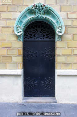 Immeuble de rapport dit « Les Chardons » construit en 1903 par l'architecte Charles Klein en bordure d'une rue ouverte en 1891. La structure de l'immeuble de style Art nouveau est en béton armé (système Hennebique) et la façade, primée au concours des façades de la Ville de Paris en 1903, est entièrement habillée en céramique jaune d'ocre et vert amande, fournie par l'entreprise d'Emile Müller.