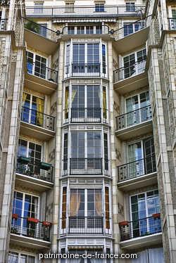 Immeuble de rapport construit en 1903, et pour leur propre compte, par les architectes Auguste et Gustave Perret. Cet édifice novateur, de neuf étages, est entièrement construit en béton armé (système Hennebique).