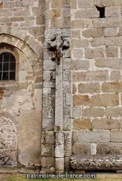 Croix sur la place de l'église