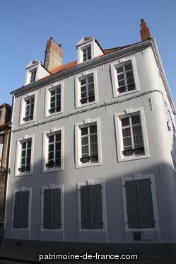 La haute-ville contenait les anciens édifices légués par les ancêtres : l'antique cathédrale Notre-Dame, l'abbaye Saint-Wulmer transformé en collège de l'Oratoire, le monastère des Ursulines qui couvrait le pâté de terrain sur lequel on a continué la rue de l'Oratoire jusqu'à la rue du Château, l'antique manoir des comtes sur le rempart, le Beffroi, l'Hôtel-de-Ville et la Sénéchaussée.