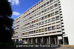Immeuble de logements commandé par l'Office intercommunal d'Habitations à loyers modérés (HLM) de Briey à l'architecte Le Corbusier, réalisé de 1955 à 1957. C'est la troisième version de la Cité Radieuse, après celle de Marseille et de Nantes-Rezé.
