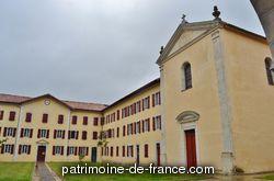 Fondé en 1733, le séminaire fut agrandi et embelli au long des 18e et 19e siècles. Les bâtiments, d'architecture néo-classique, furent édifiés jusqu'en 1865 et s'articulent autour de deux cours. Le décor d'inspiration baroque de la chapelle, a été réalisé par l'atelier Virebent de Toulouse.