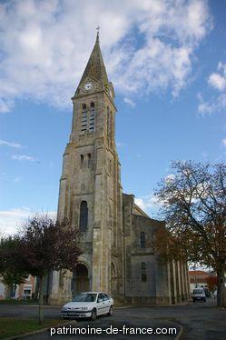 Patrimoine classé, étudié ou inscrit dit 'Eglise Paroissiale Notre-Dame' à valeyrac (gironde 33340). L'église de Valeyrac est élevée dans une localité où les matériaux sont très-peu coûteux, aussi, relativement à son importance, est-elle construite avec un certain luxe et presque entièrement en pierre de taille.