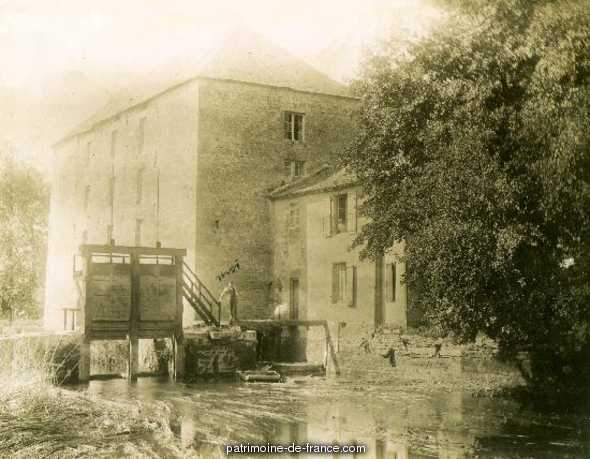 Mill, spinning, weaving, said at Simoneton, spinning and weaving of the Charente; restaurant, French Heritage monument to Condac.