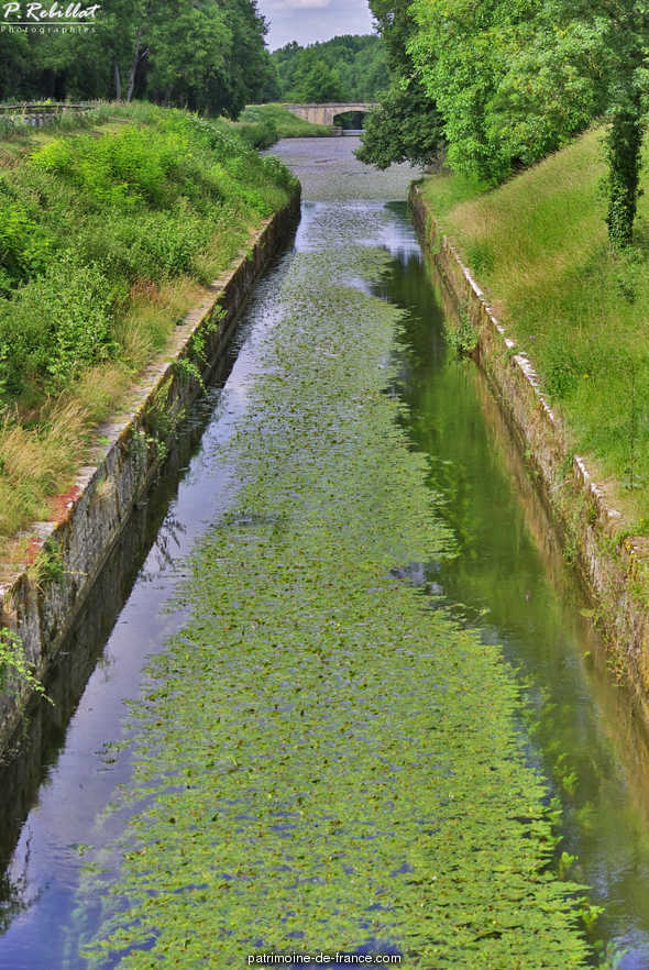 Channel of waterway (canal latéral à la Loire) Lorraine power, French Heritage monument to Apremont sur allier.