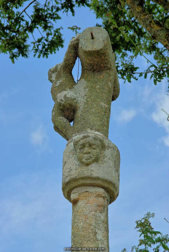 Croix du 17e siècle à Ploumilliau.