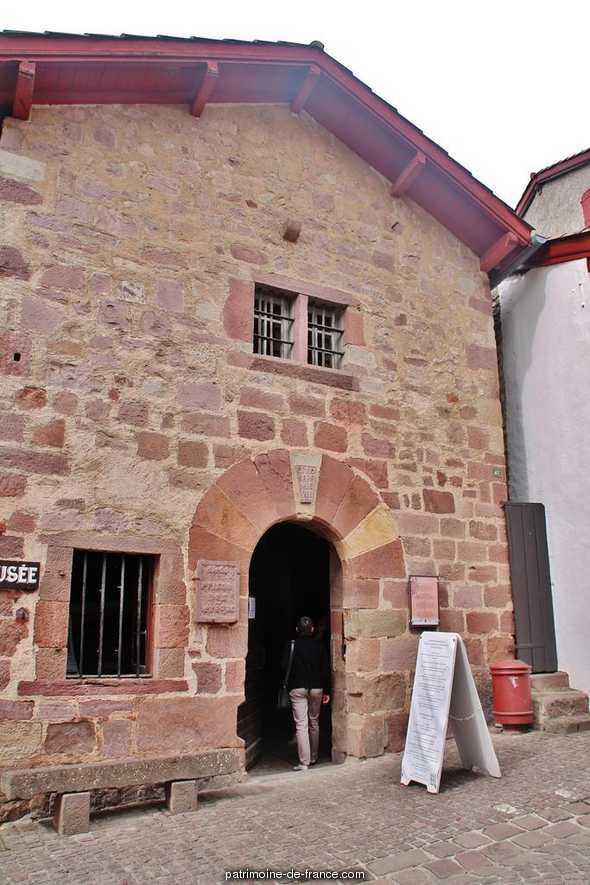 édifice non identifié, puis prison, actuellement musée, appelé Prison des Evêques à St jean pied de port.