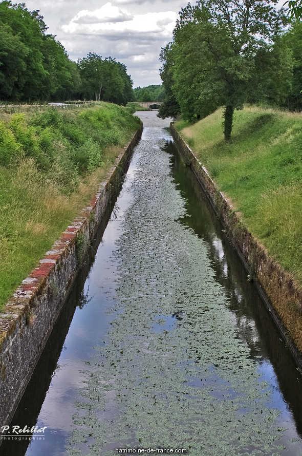 Rigole d'alimentation navigable des Lorrains (canal latéral à la Loire) à Apremont sur allier.
