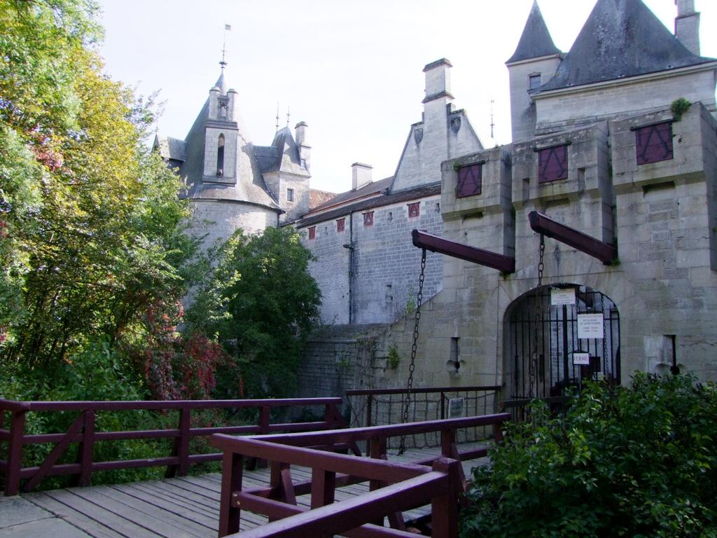 Castle, French Heritage monument to La rochepot.