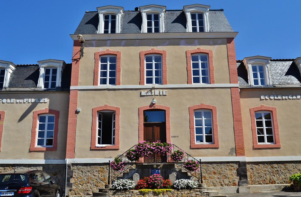 Mairie, Ecole à Ris.