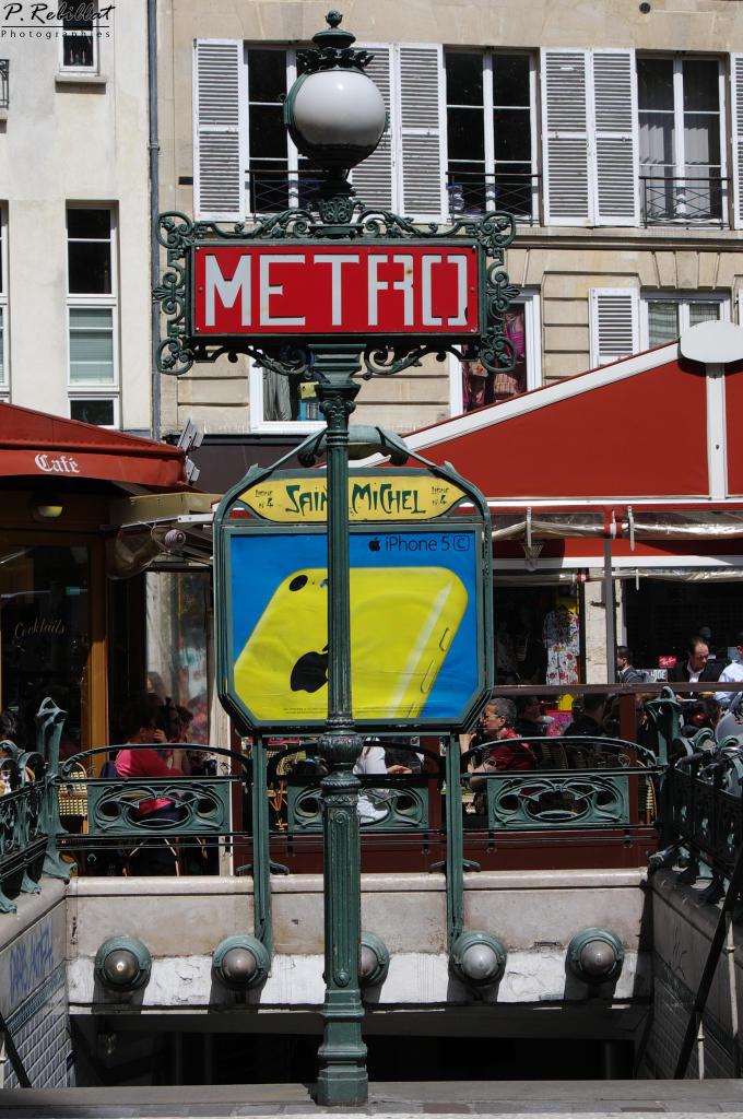 Édicule Guimard de la station de métro Saint-Michel à Paris 6eme arrondissement.