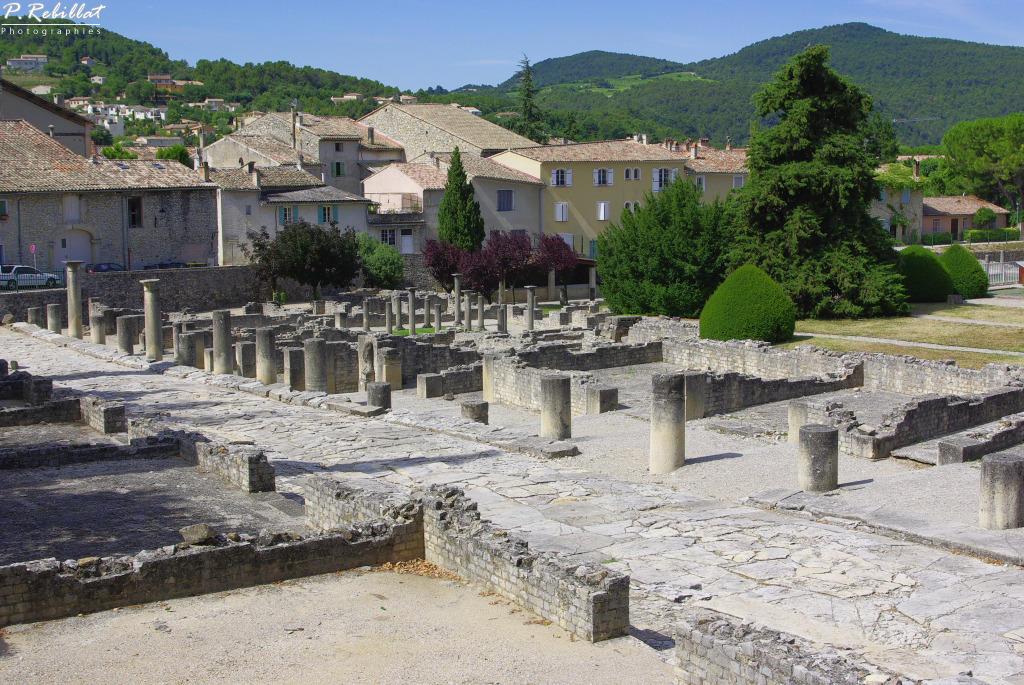 Champ de fouilles gallo-romaines du quartier de la Villasse à Vaison la romaine.