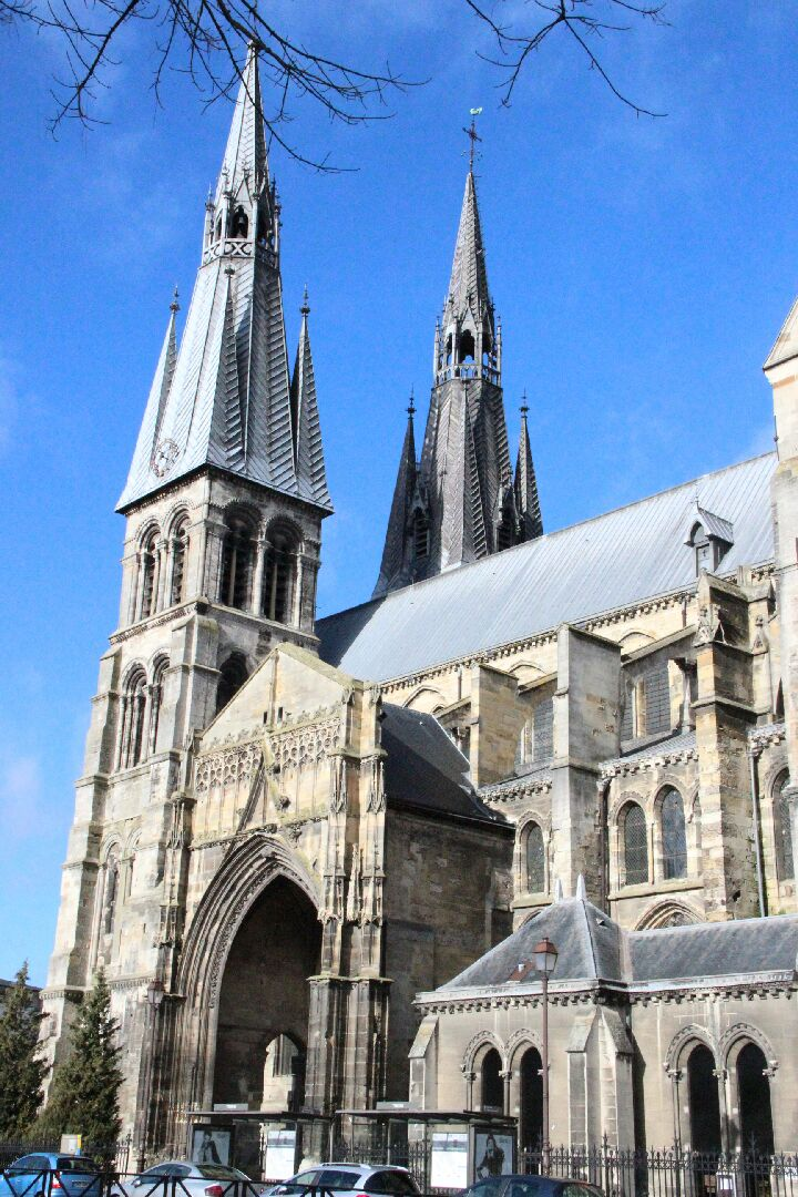 Eglise Notre-Dame-en-Vaux et son cloître.