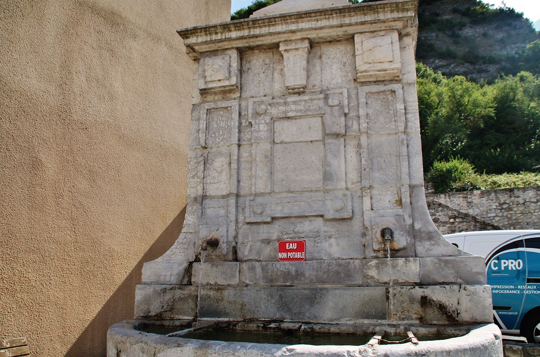 Fountain and washhouse, French Heritage monument to Baix.