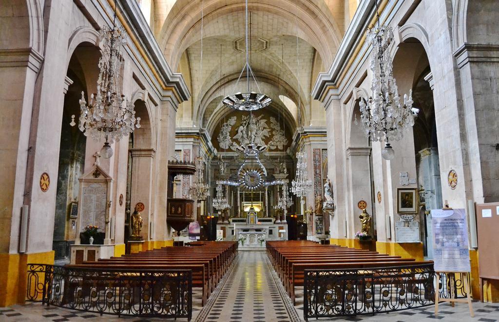 Eglise à Eyguieres.