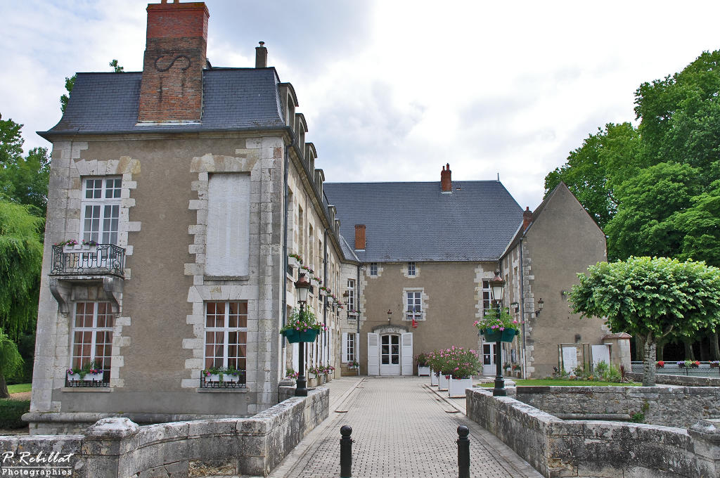 Castle of the Lords of the canal, currently says Town Hall, French Heritage monument to Briare.