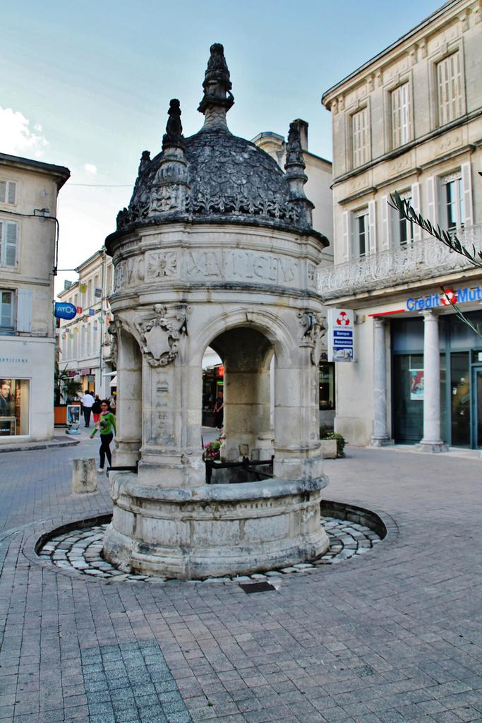 fontaine du pilori st jean d angely charente maritime auteur pierre bastien. Black Bedroom Furniture Sets. Home Design Ideas