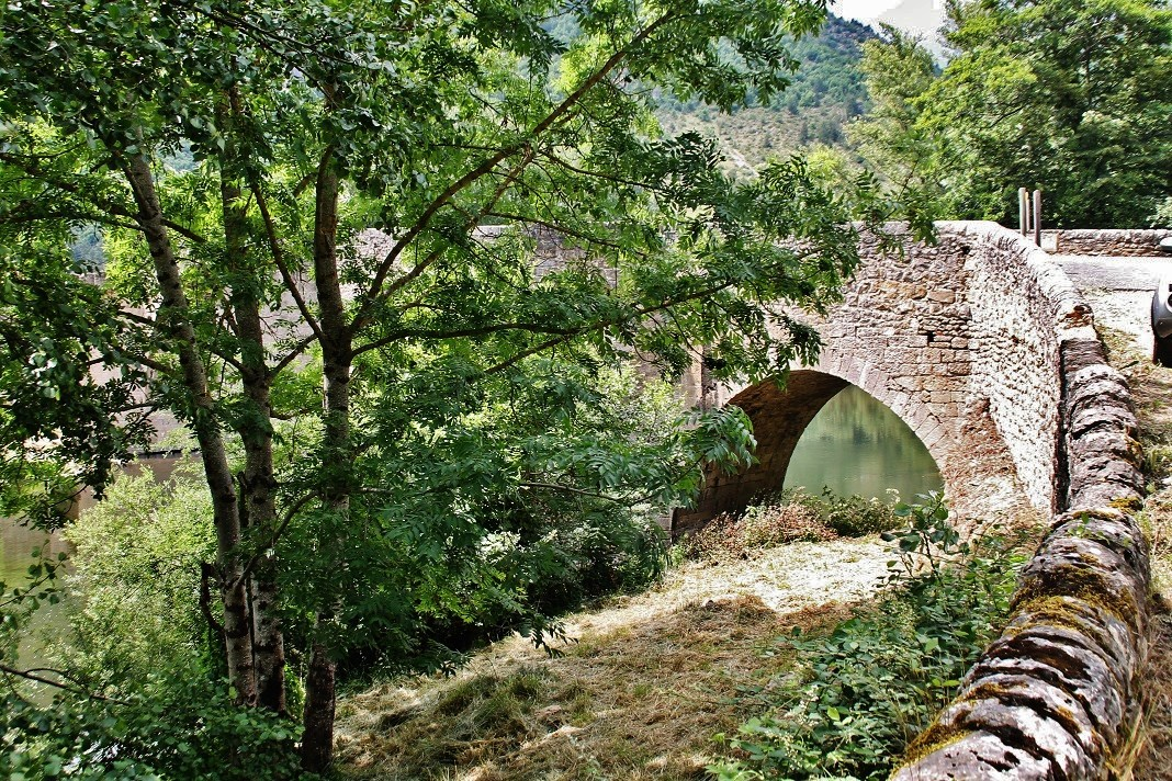 Bridge, French Heritage monument to Quezac.