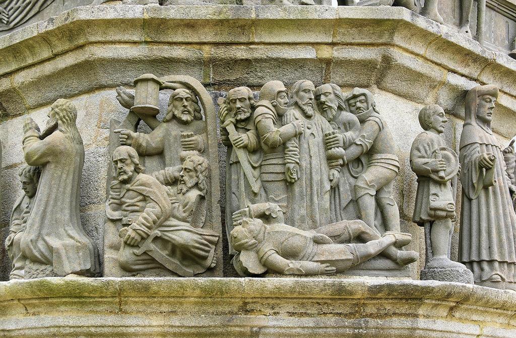 Eglise, calvaire et chapelle funéraire à Plougonven.
