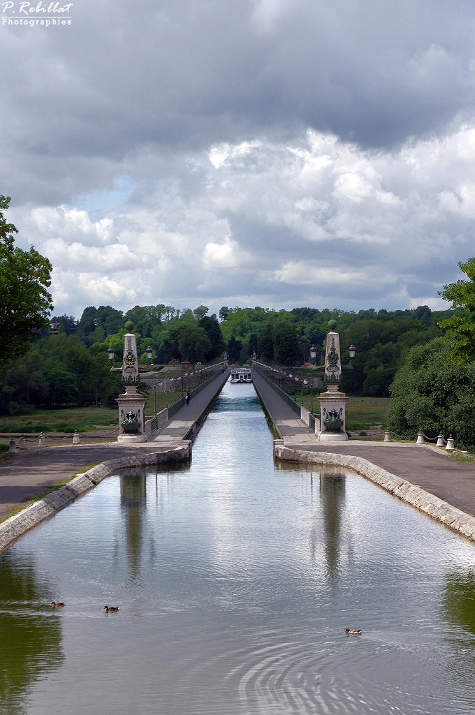Aqueduct on the Loire River (also on the commune of Saint-Firmin-sur-Loire), French Heritage monument to Briare.