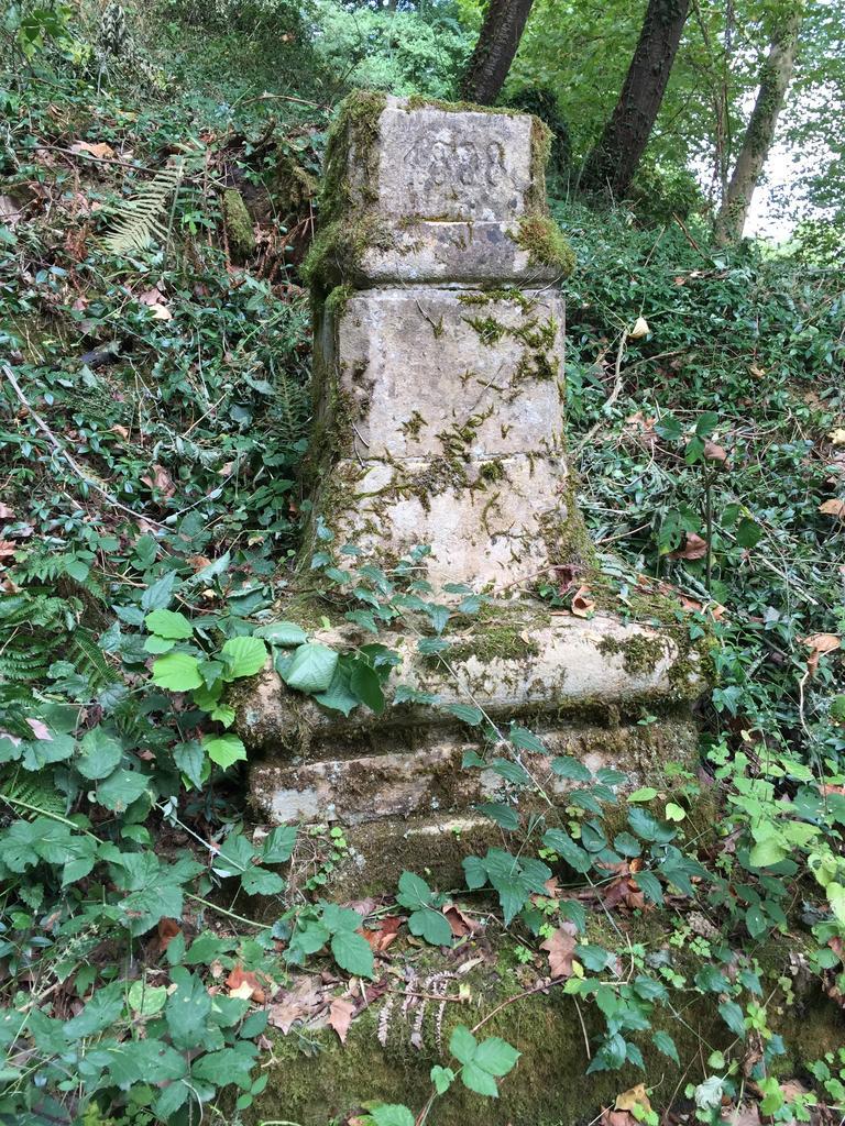 Croix Monumentale carrefour près de la maison mondain lieu dit Mondain à Aydie.